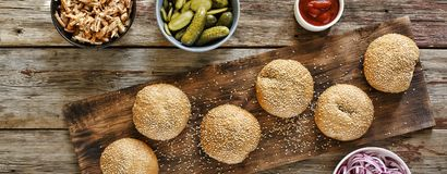 Hemlagade hemlagade hamburgare Bästa sikt, closeup Lantlig stil Arkivfoton
