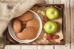 Hemlagade havremjölkakor för hälsosam frukost, äpplen och torkade frukter royaltyfri foto