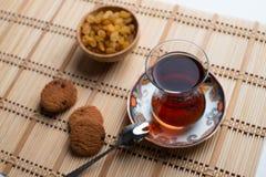 Hemlagade havremjölkakor med en kopp te på gammal träbackgro arkivfoton