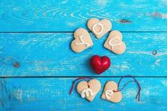 Hemlagade hjärtaformkakor på blå bakgrund, DIG MIG FÖRÄLSKELSE Arkivfoto
