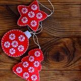 Hemlagade julhantverk som göras från röda och vita filtark Filtstjärna, julgran och boll Royaltyfri Fotografi