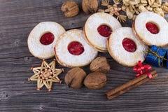 Hemlagade julsötsaker med socker pudrar och sitter fast Fotografering för Bildbyråer