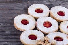 Hemlagade julsötsaker med socker pudrar och sitter fast på gammal woode Royaltyfria Bilder