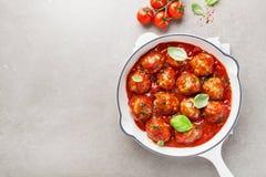 Hemlagade köttbullar med tomatsås arkivbild