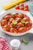 Hemlagade köttbullar med tomatsås arkivfoto