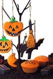 Hemlagade kakor för allhelgonaaftonen som hänger på ett träd royaltyfri bild