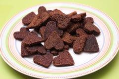 Hemlagade kakor för hundkapplöpning med carob royaltyfri fotografi