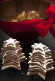 Hemlagade kakor för jul med dekorativ bunkenärbild Arkivbild