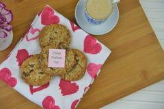 Hemlagade kakor för moderdag och en kopp kaffe Arkivbilder
