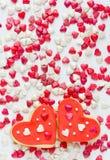 Hemlagade kakor i formen av hjärtor Royaltyfri Fotografi
