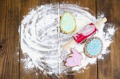 Hemlagade kakor i PÅSK för formbokstäver och ägg på gammal träbackgroun arkivfoto