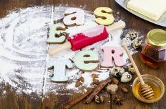 Hemlagade kakor i PÅSK för formbokstäver och ägg på gammal träbackgroun arkivbilder