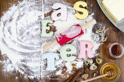 Hemlagade kakor i PÅSK för formbokstäver och ägg på gammal träbackgroun fotografering för bildbyråer