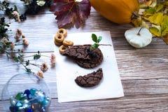 Hemlagade kakor, kaka på en träbakgrund royaltyfria bilder
