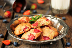 Hemlagade kakor med jordgubben Arkivfoton