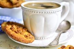Hemlagade kakor med jordnöten och koppen kaffe royaltyfri foto
