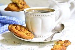 Hemlagade kakor med jordnöten och koppen kaffe arkivbild