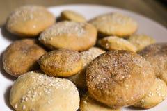 Hemlagade kakor med socker, kanel och sesam Fotografering för Bildbyråer