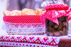 Hemlagade kakor och bank med på burk mat för en lantlig ferie Arkivfoto