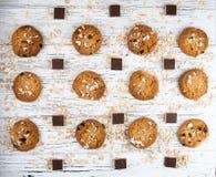 Hemlagade kakor och chokladstycken på en vit tappningtabell Arkivfoto
