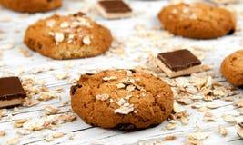 Hemlagade kakor och chokladstycken på en vit tappningtabell Fotografering för Bildbyråer