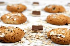 Hemlagade kakor och chokladstycken på en vit tappningtabell Arkivbild