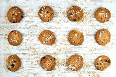 Hemlagade kakor och chokladstycken på en vit tappningtabell Arkivfoton
