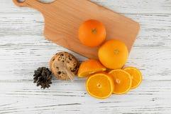 Hemlagade kakor och nya apelsiner på en vit trätabell Royaltyfria Bilder