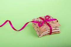 Hemlagade kakor på en grön bakgrund banta kakor med bandet knaprigt br?d med solros-, lin- och sesamfr? royaltyfri bild