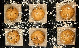 Hemlagade kakor på en svart tappning texturerad tabell smakligt Arkivbild