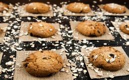 Hemlagade kakor på en svart tappning texturerad tabell smakligt Royaltyfri Bild