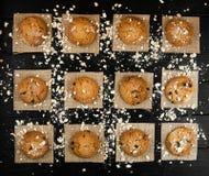 Hemlagade kakor på en svart tappning texturerad tabell smakligt Royaltyfri Fotografi