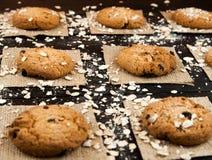 Hemlagade kakor på en svart tappning texturerad tabell smakligt Royaltyfria Bilder