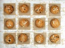 Hemlagade kakor på en vit tappningtabell Smakliga kakor och bis Royaltyfria Bilder