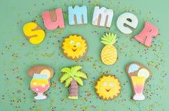 Hemlagade kakor, pepparkaka med sommartema fotografering för bildbyråer