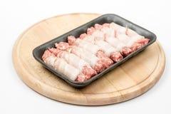 Hemlagade kebaber rullade i bacon på träbrädet royaltyfri fotografi