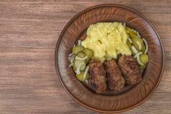 Hemlagade kotletter av kött med mosade potatisar i en keramisk maträtt medf8ort övre sikt Utrymme som sätter in text royaltyfri bild