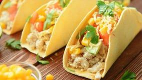 Hemlagade läckra taco med höna och grönsaker arkivfilmer