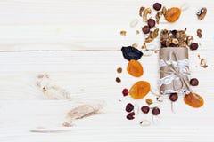 Hemlagade lantliga granolastänger arkivfoto