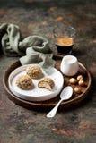 Hemlagade mandelmördegskakakakor kastar snöboll med kakao och hasselnötter Arkivbilder