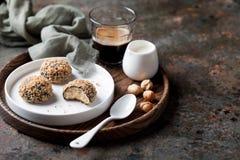 Hemlagade mandelmördegskakakakor kastar snöboll med kakao och hasselnötter arkivfoton
