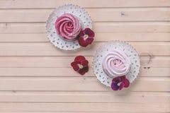 Hemlagade marshmallowlilor Svart vinbär, blåbärmarshmallower Hemlagad rosa färg- och vitsefir på plattan med kopian arkivfoto