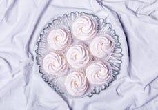 hemlagade marshmallows zephyr på vit textillebakgrund Royaltyfri Fotografi