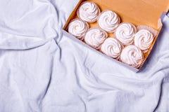 hemlagade marshmallows zephyr på vit textillebakgrund Royaltyfri Foto