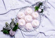 hemlagade marshmallows zephyr på vit textillebakgrund Arkivbilder
