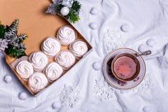 hemlagade marshmallows zephyr på vit textillebakgrund Royaltyfria Foton