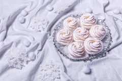hemlagade marshmallows zephyr på vit textillebakgrund Royaltyfri Bild