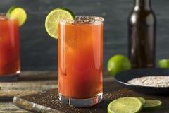 Hemlagade Michelada med öl- och tomatfruktsaft Royaltyfri Bild