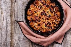 Hemlagade mini- körsbärsröda rullar i bakningform royaltyfri foto