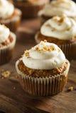 Hemlagade morotmuffin med gräddostglasyr på kaka Arkivbild